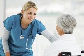 Медсестра успокаивает пациента